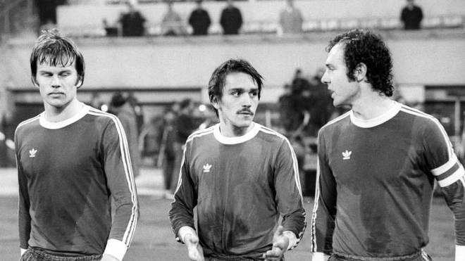 FC Bayern München - Malmö FF 2:0 - Jupp Kapellmann (Mitte), Franz Beckenbauer (re.) und Udo Horsmann (alle Bayern)