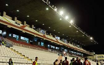 Dass damit nicht alles, was ein Fußballspiel aufhalten kann, gebannt ist, hat sich nun aber wieder gezeigt: Weil unbekannte Saboteure mehrere Kabel der Flutlichtanlage von Rayo Vallecano durchschneiden, muss die Sonntagabendpartie gegen Real Madrid abgesa