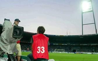 Im Bremer Weserstadion funktioniert zum Bundesliga-Start 2004 das Flutlicht zwar, sonst aber nichts: Elektronikausfall wegen einer durchgebrannten Starkstrommuffe. Nach langem Überlegen, ob die Sicherheit unter diesen Umständen gewährleistet werden kann,