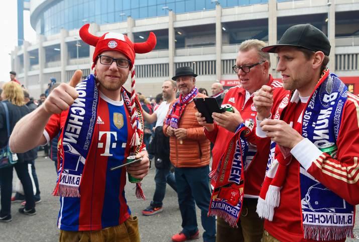 Madrid fiebert dem Halbfinal-Hinspiel der Champions League zwischen Atletico und dem FC Bayern entgegen. Wer sein Trikot vergessen hat, kann sich auch kurz vor dem Spiel noch mit Devotionalien eindecken. SPORT1 zeigt die Bilder