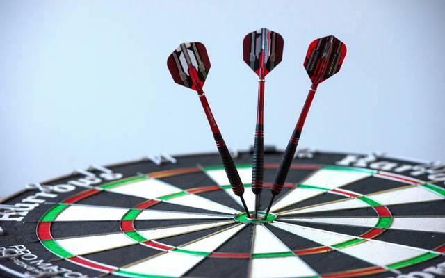 Dartscheibe mit Pfeilen (Foto vom 10.12.2020). Darts, auch Dart, ist ein Geschicklichkeitsspiel und ein Praezisionssport, bei dem mit Pfeilen auf eine runde Scheibe geworfen wird. Dartscheibe *** Dartboard with darts Photo from 10 12 2020 Darts, also known as dart, is a game of skill and a precision sport in which darts are thrown at a round target Dartboard Copyright: epd-bild HeikexLyding