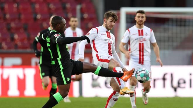 Wolfsburgs Jerome Roussillon (l.) gegen Kölns Premieren-Torschützen Jan Thielmann