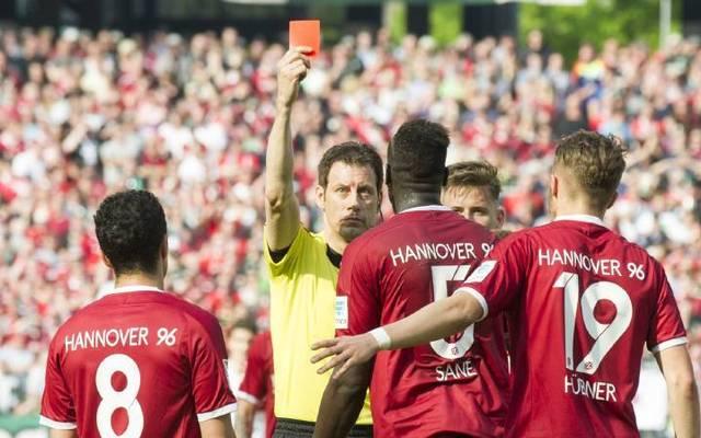 Schiedsrichter Wolfgang Stark (mi.) zückte gerne mal eine Karte