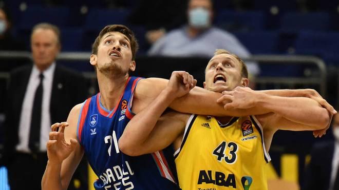 ALBA-Star Luke Sikma (r.) im Zweikampf mit Tibor Pleiß von Efes Istanbul