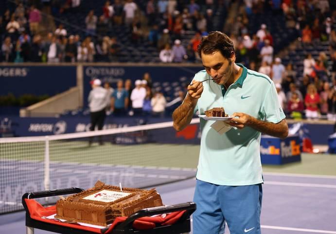 """38 - und kein bisschen müde. Roger Federer ist der erfolgreichste und vielleicht beste Tennisspieler aller Zeiten. Am 8. August 1981 wird der Schweizer in Basel geboren, seine erste Profisaison auf dem Tenniszirkus absolviert er im Jahr 1998. Auch 20 Jahre danach denkt der """"Maestro"""" jedoch nicht an ein Karriereende"""