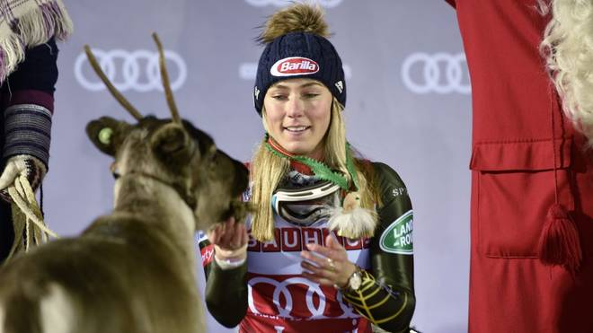 """Ski-Star Mikaela Shiffrin liebkost """"Ingemar"""" bei der Siegerehrung in Levi"""