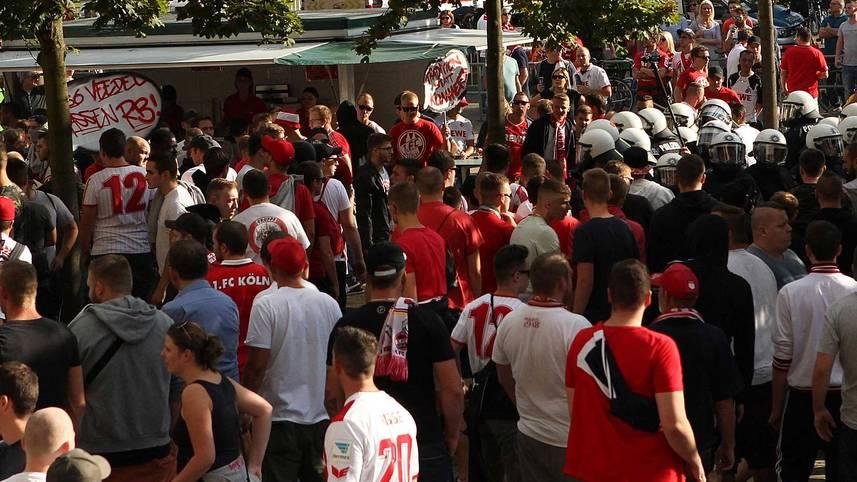 Das Spiel zwischen dem 1. FC Köln und RB Leipzig wird mit 15 Minuten Verspätung angepfiffen. Mit einem Sitzstreik behindern die FC-Fans die Anreise des Gästebusses. SPORT1 zeigt die Bilder des Spieltags