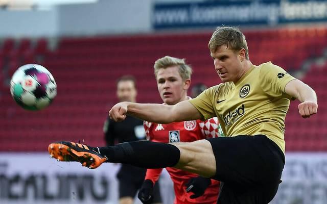 Martin Hinteregger im Duell mit Jonathan Burkardt vom FSV Mainz 05