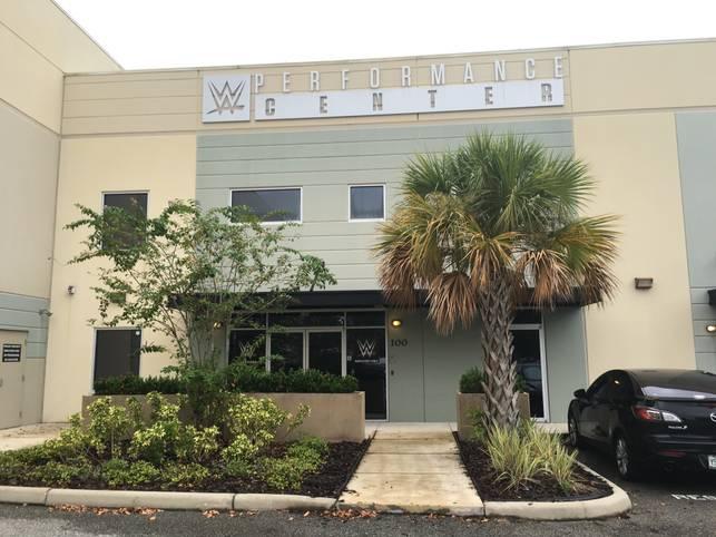 Die WWE-Karriere von Tim Wiese beginnt. Doch bevor der Deutsche sich mit Superstars wie John Cena messen darf, heißt es erstmal schwitzen und trainieren im WWE Performance Center in Orlando. SPORT1 begleitet den Ex-Nationaltorwart beim Training