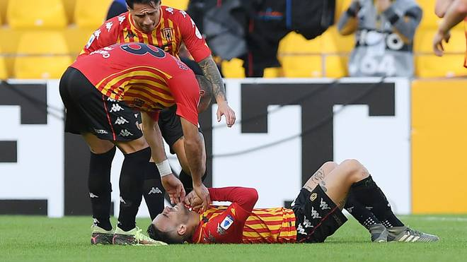Roberto Insigne (am Boden) bricht nach seinem Tor in Tränen aus.