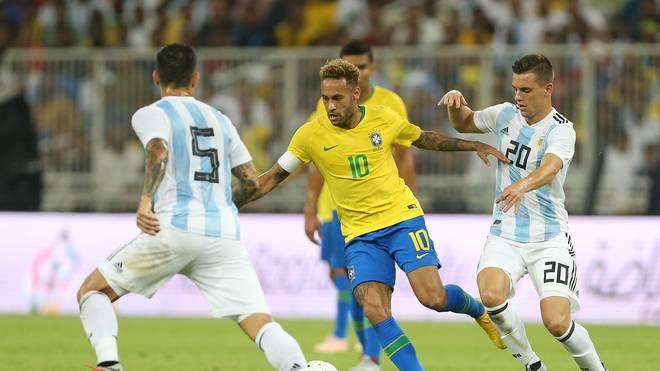 Neymar (M.) nahm im Gegensatz zu Lionel Messi am Superclasico teil