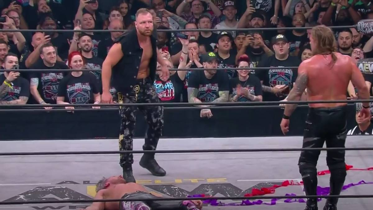 Jon Moxley (ehemals: Dean Ambrose, l.) attackierte bei AEW Double or Nothing Chris Jericho (r.) und Kenny Omega