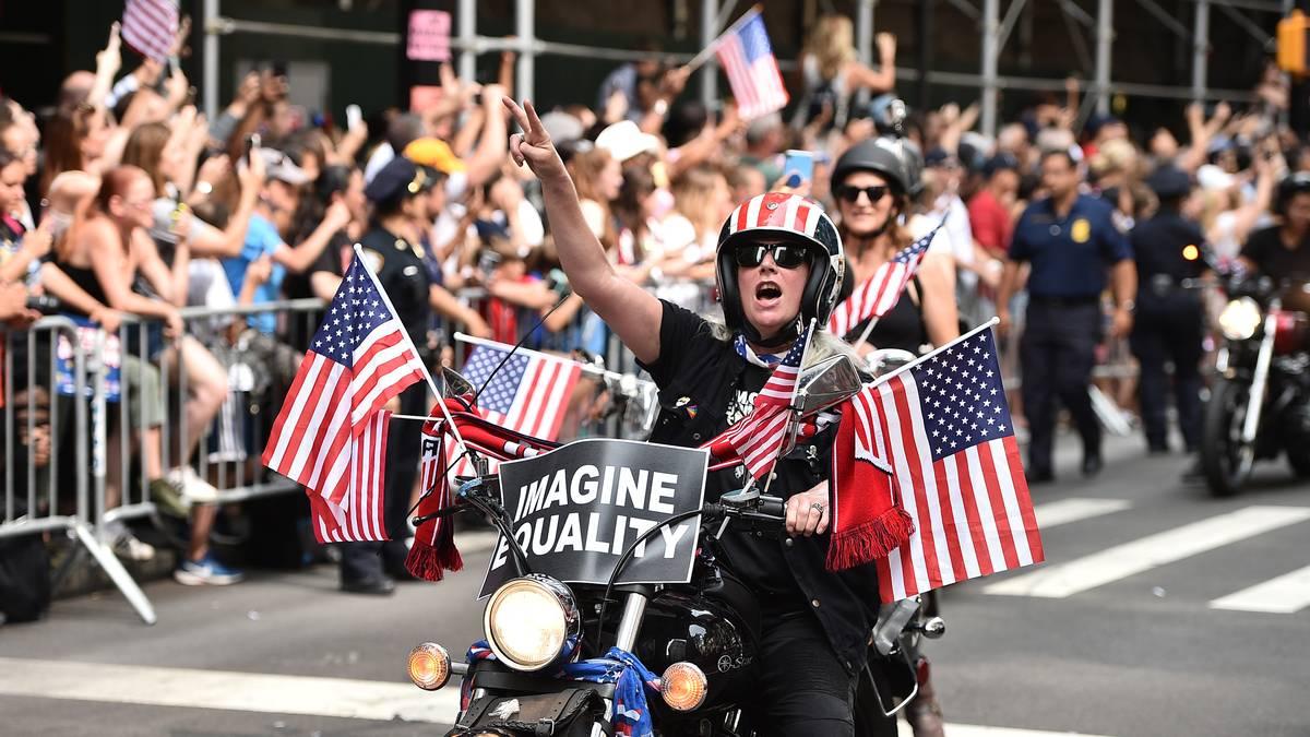"""Die Parade setzt die Tradition der Feierlichkeiten am """"Big Apple"""" fort, die diversen Sportgrößen in der Vergangenheit zuteil wurde. Auch die New York Giants oder die New York Yankees kamen bereits in den Genuss einer Fahrt durch die Stadt"""