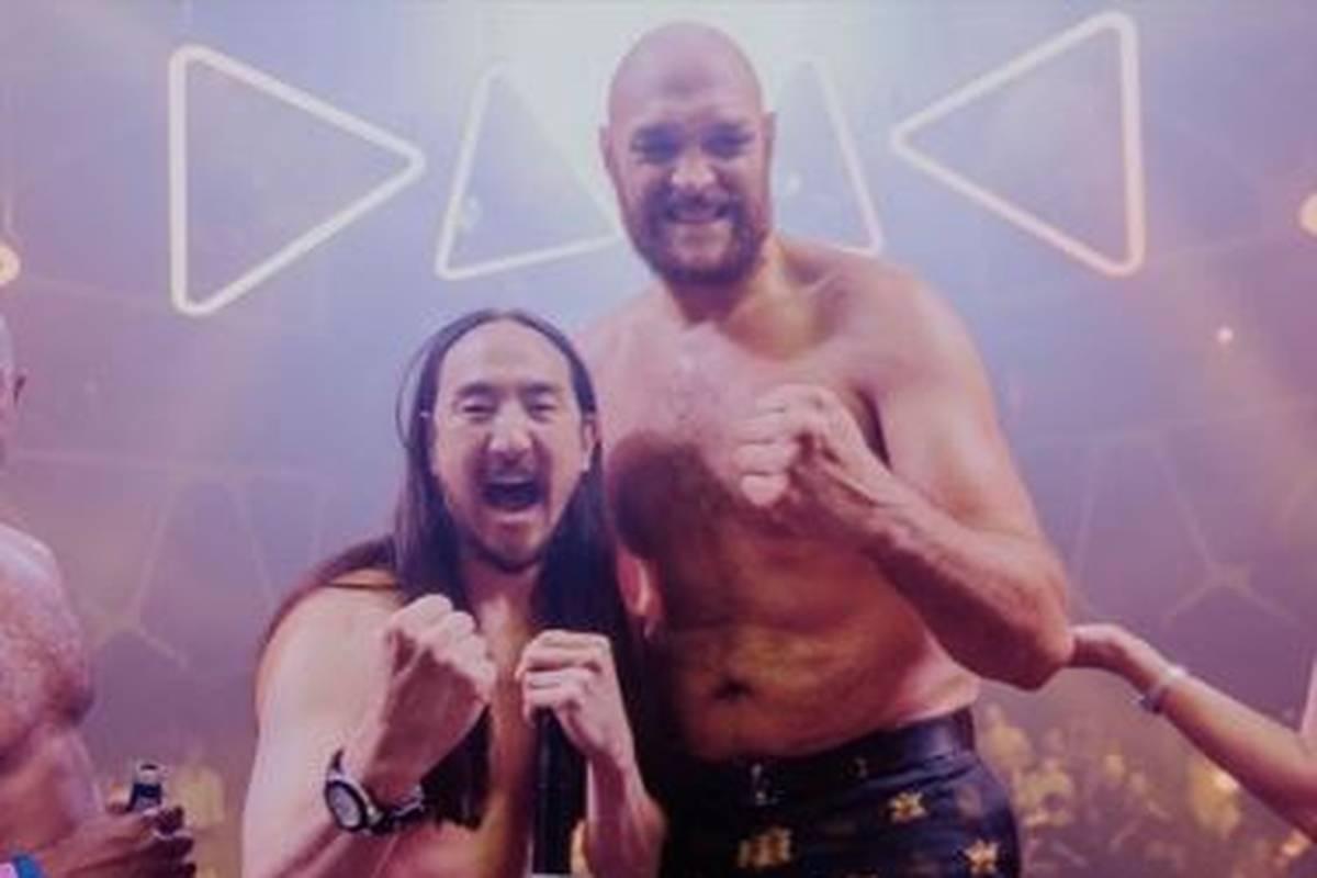 Tyson Fury setzt sich in einem denkwürdigen Kampf gegen Deontay Wilder durch und feiert seinen Triumph ausgelassen. Dabei zeigt er auf einer Mega-Pool-Party keine Anzeichen von Müdigkeit.