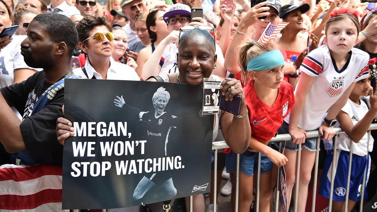 """""""Wir hören nicht auf, zuzuschauen"""", verspricht dieser Fan in Richtung Rapinoe. Immer wieder branden auch """"Equal Pay""""- und """"USA""""-Rufe auf"""