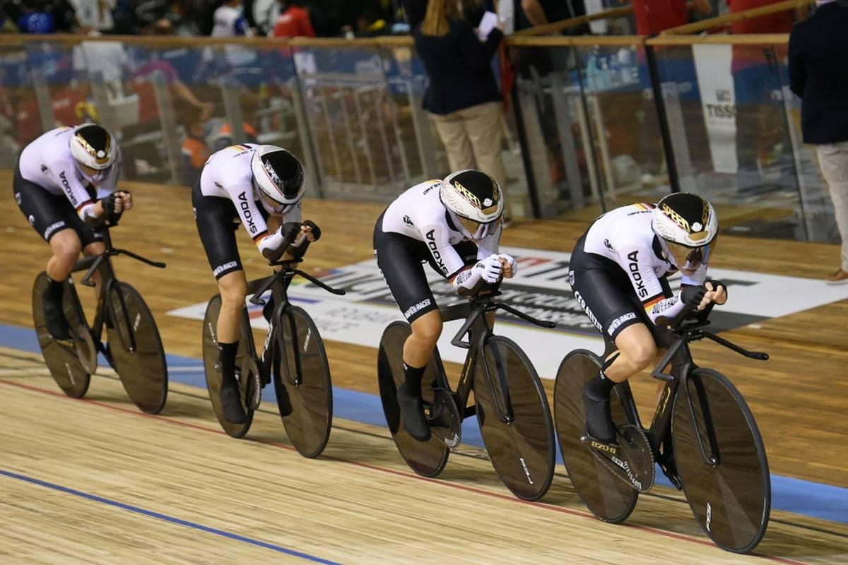 Der deutsche Frauen-Vierer um Lisa Brennauer hat sich nach Olympia-Gold überlegen auch den Weltmeister-Titel gesichert.
