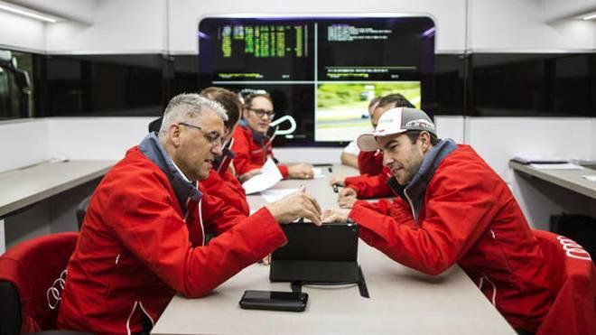Phoenix-Teamchef Ernst Moser gibt einen Einblick in seinen Arbeitsalltag