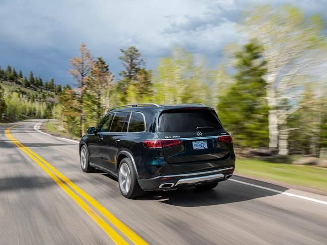 Dank einer vorausschauenden Luftfederung kann sich der Wagen besonders gut auf bevorstehende Kurven oder Unebenheiten einstellen
