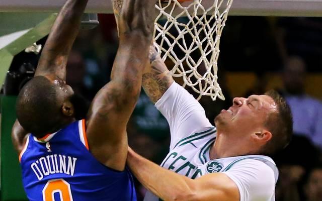 Daniel Theis (r.) gewinnt mit den Boston Celtics gegen die New York Knicks