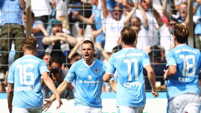 Simon Seferings (mitte) feiert sein Tor gegen den 1. FC Saarbrücken