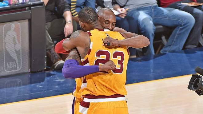 Treffen zweier Superstars: LeBron James (v.) und Kobe Bryant umarmen sich vor dem Spiel