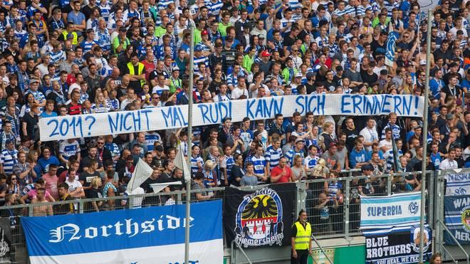 Die Fans des MSV Duisburg zeigen eine geschmackloses Banner