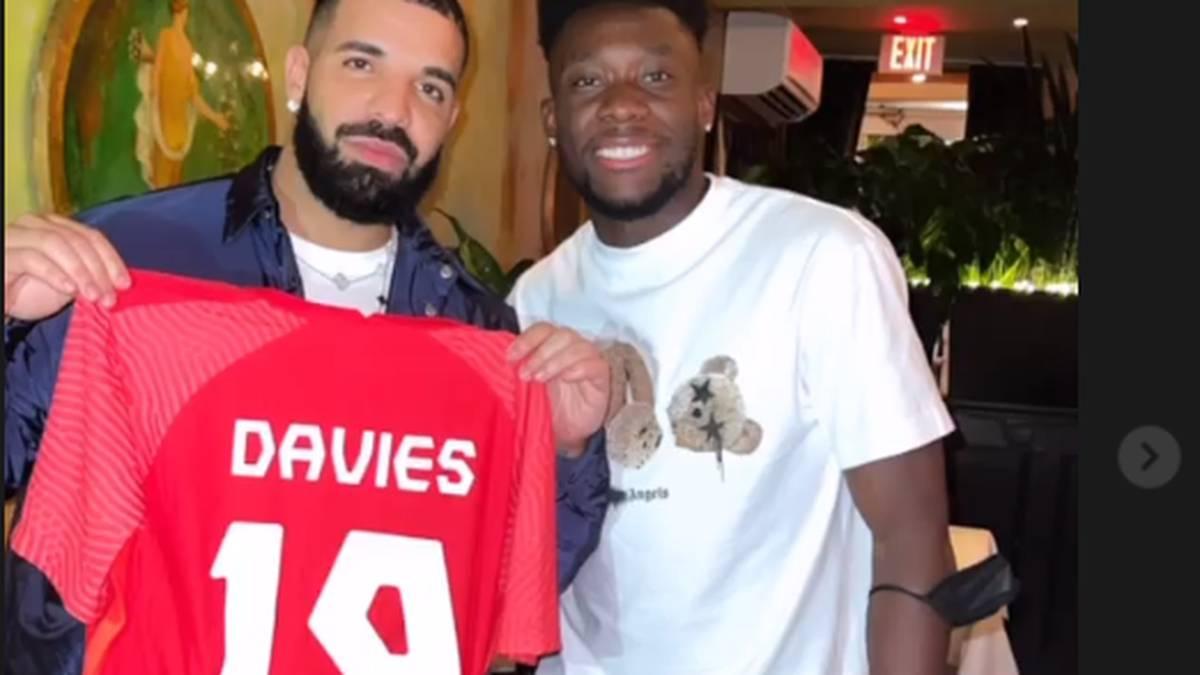 Alphonso Davies posiert zusammen mit Rapper Drake