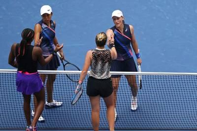Im Doppel greifen die beiden Teenager Cori Gauff und Catherine McNally bei den US Open nach dem Titel - doch das Duo muss sich Samantha Stosur und Zhang Shuai geschlagen geben.
