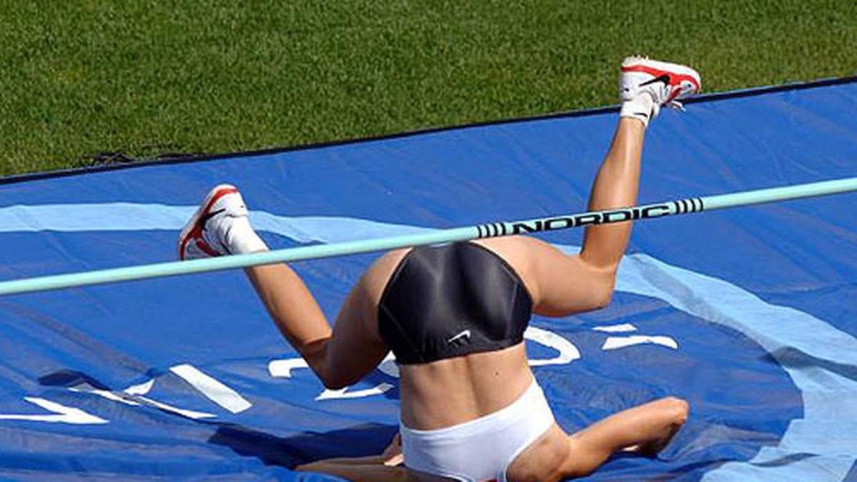Die Leichtathletik steckt voller kurioser Momente - und diese Hochspringerin nach ihrer Landung scheinbar kopfüber in der Weichbodenmatte. Sport1.de zeigt die ungewöhnlichsten Fotos...