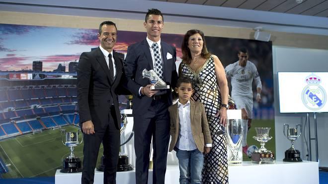 Jorge Mendes (l.) mit Cristiano Ronaldo, dessen Mutter Maria Dolores dos Santos und dessen Sohn Cristiano Ronaldo JR