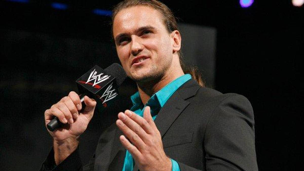 """Drew McIntyre bei WWE 2009 als """"Chosen One"""" von Vince McMahon"""