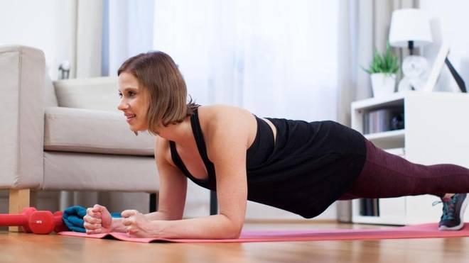 Für Übungen wie den Unterarmstütz kommt man ganz ohne Geräte aus. Für das Krafttraining reicht das eigene Körpergewicht