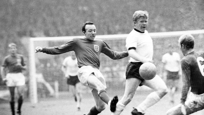 Nobby Stiles (l.) stand im WM-Finale von Wembley auf dem Platz