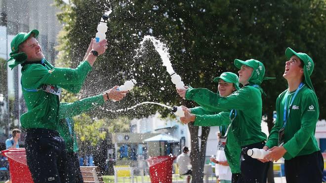 Bei den Australian Open in Melbourne sorgen die Balljungen für eine kühle Erfrischung