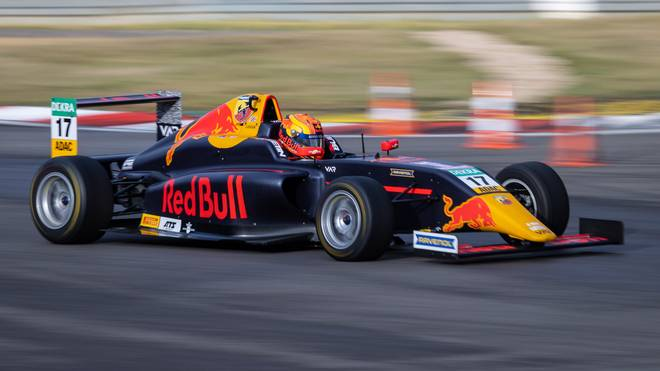 Jonny Edgar führt die Gesamtwertung der ADAC Formel 4 an