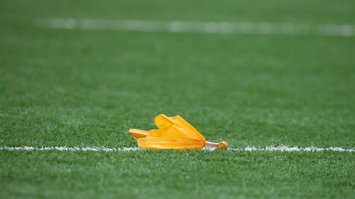 NFL Regeln: Die gelbe Flagge wird im Falle eines Regelverstoßes vom Schiedsrichter geworfen.