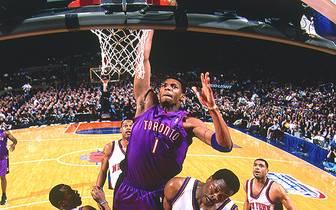 """In seinem dritten Jahr 1999/2000 schafft """"T-Mac"""" den Durchbruch als Starter, wird beim Slam Dunk Contest Dritter hinter Steve Francis sowie Carter und führt die Raptors gemeinsam mit """"Vinsanity"""" zum ersten Mal in der Klubgeschichte in die Playoffs. Trotz"""