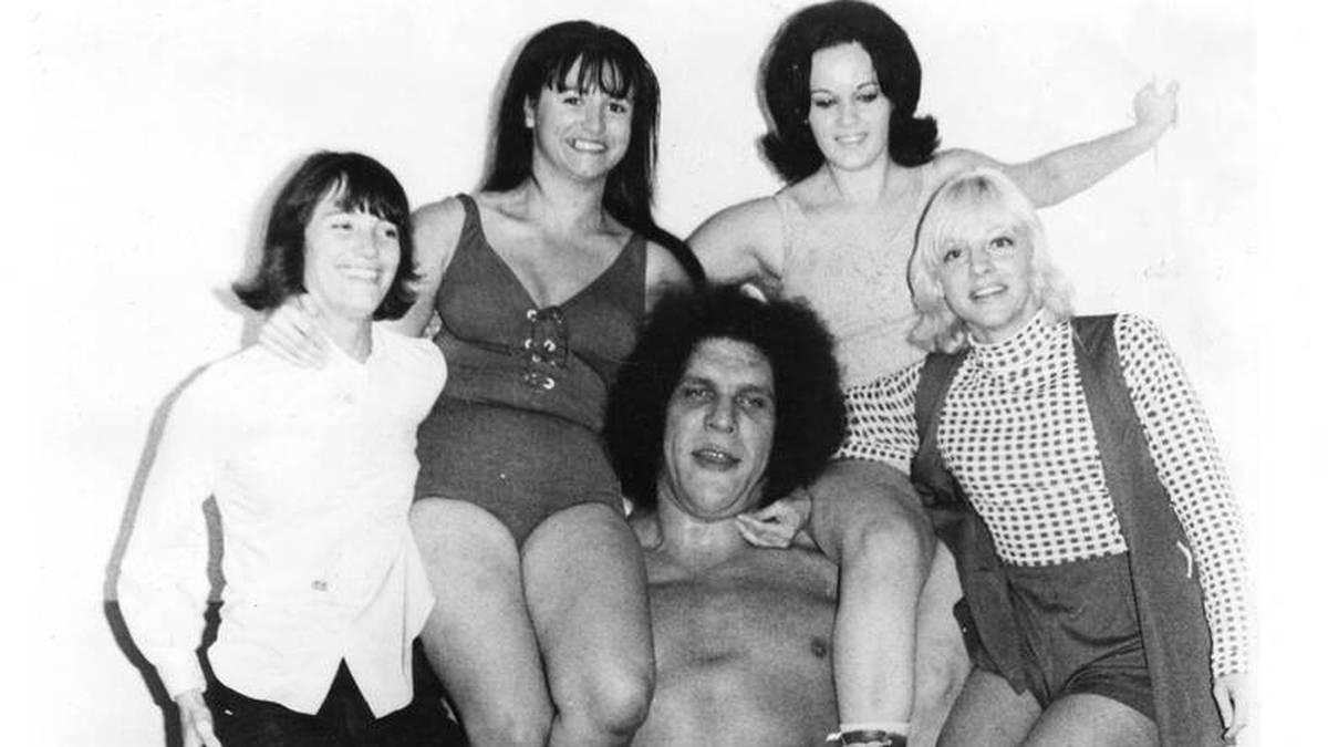 Der junge André the Giant bei einer Kraftdemonstration 1972