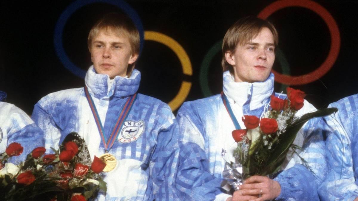 Tumo Ylipulli (rechts neben Matti Nykänen) gehörte 1988 zum finnischen Gold-Team