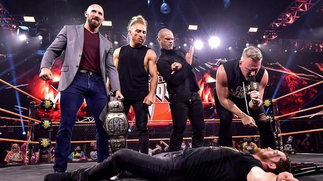 Pete Dunne (2.v.l.) verbündete sich beim Halloween Havoc von WWE NXT mit Pat McAfee (r.)