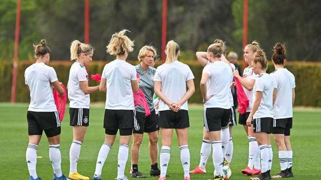 Bundestrainerin Martina Voss-Tecklenburg (4.v.l.) hat mit ihrem Team bis zur EM wohl ein weiteres Jahr Vorbereitungszeit