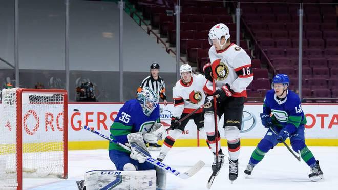 Tim Stützle (2.v.r.) trifft für die Ottawa Senators