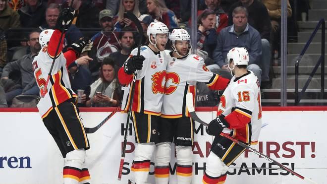 Tobias Rieder (r.) ist mit den Calgary Flames in der Pacific Division an Leon Draisaitls Edmonton Oilers vorbeigezogen
