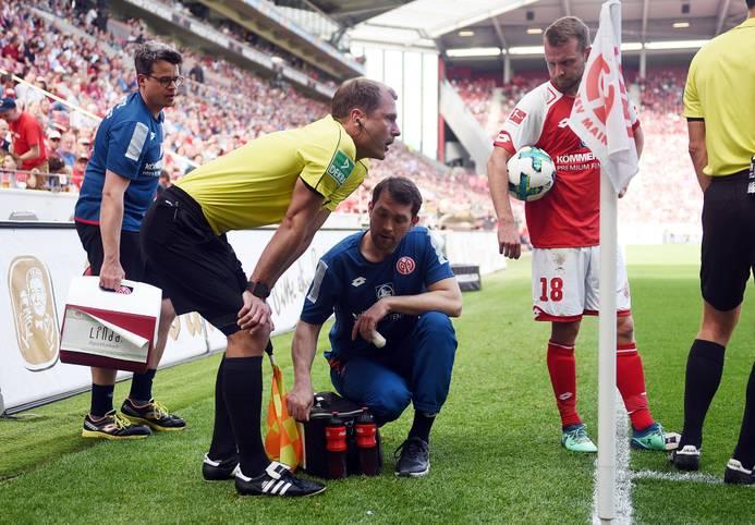 Beim Sonntagsspiel Mainz 05 gegen RB Leipzig tritt Leipzig-Verteidiger Lukas Klostermann Schiedsrichter-Assistent Rene Rohde auf den Fuß. Dieser muss danach einige Minuten behandelt werden