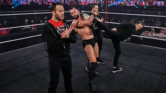 WWE-Star Adam Cole streckt bei NXT Takerover Champion Finn Balor nieder