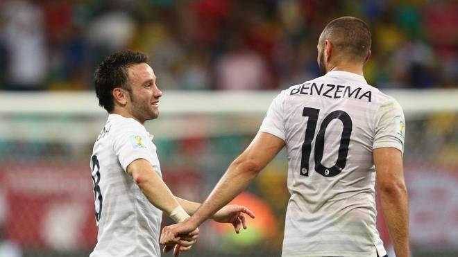 Temps révolus: Valbuena (à gauche) et Benzema applaudissent ensemble dans leur tenue nationale