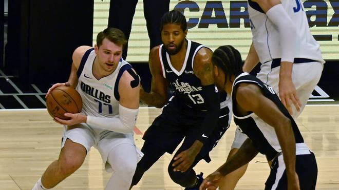 Luka Doncic (li.) und den Dallas Mavericks droht das Playoff-Aus