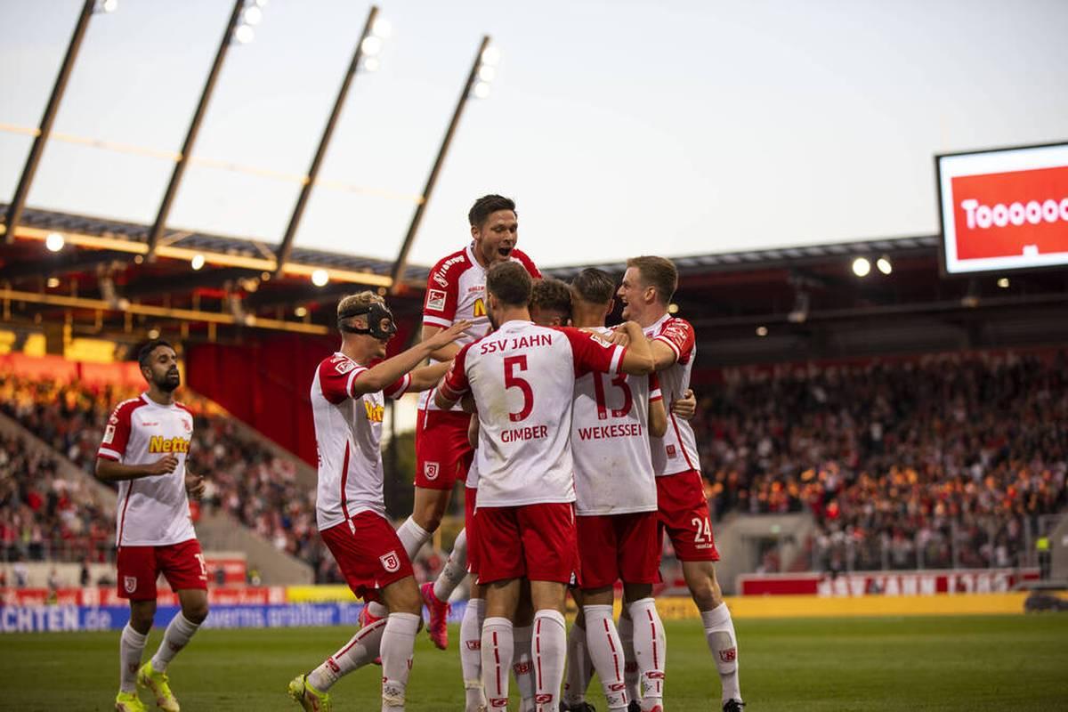Jahn Regensburg gewinnt gegen Schlusslicht Aue. Der FC Heidenheim belohnt sich im Heimspiel gegen den SV Darmstadt spät.