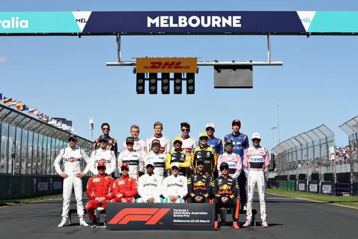 Mit 20 Fahrern aus zehn Teams startet die Formel 1 auf dem Albert Park Circuit in Australien in die neue Saison. Kurz vor Rennstart stellen sich alle Fahrer zum obligatorischen Gruppenfoto auf. SPORT zeigt die Bilder des Rennens