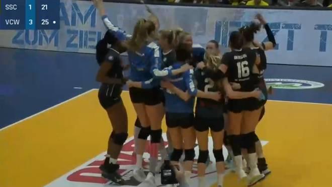 Die Spielerinnen des VC Wiesbaden feierten den Sieg in Schwerin